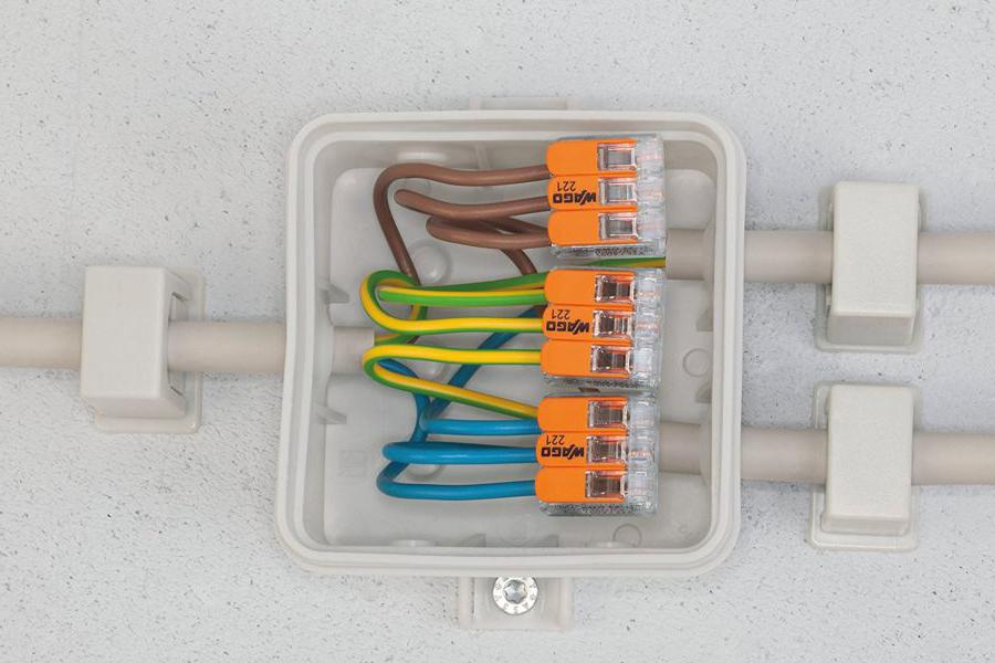 Соединение провода в коробке клеммами WAGO